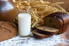 与一杯的健康早餐牛奶和酥脆新鲜面包 免版税图库摄影