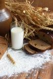 与一杯的土气静物画牛奶和面包 库存图片
