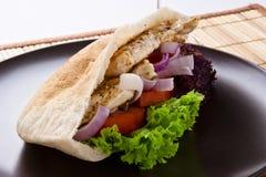 与一杯的水多的新鲜的热健康皮塔饼面包红葡萄酒 库存照片