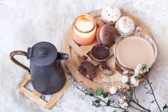 与一杯的浪漫早餐热的饮料和茶壶 库存图片