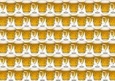 与一杯的背景啤酒 库存图片