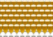 与一杯的背景啤酒 免版税库存照片