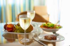 与一杯的自然健康食物午餐在一张透明桌上的酒 图库摄影