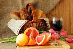 与一杯的静物画酒和葡萄柚 库存照片