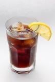 与一杯的玻璃焦炭兰姆酒, cocktai冰块 免版税库存照片