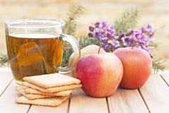 与一杯茶的健康早餐 库存照片