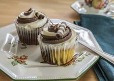 与一杯茶的巧克力杯形蛋糕 库存照片