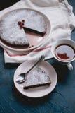 与一杯茶的巧克力蛋糕Kladdkaka 免版税库存图片