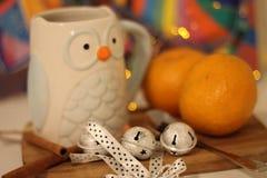 与一杯茶的温暖的圣诞前夕 免版税库存图片