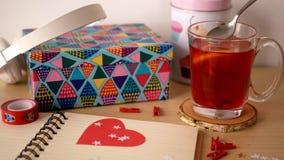 与一杯茶的笔记薄和颜色盒在背景中 股票视频