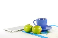 与一杯茶的苹果 库存图片