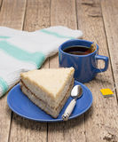 与一杯茶的被清扫的去饼 库存照片