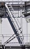 与一架梯子的门在白色墙壁上 库存图片