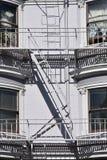 与一架梯子的门在白色墙壁上 免版税库存图片
