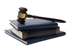 与一根木法官惊堂木的法律书籍在桌上 免版税图库摄影