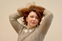 与一根狂放的头发的妇女` s画象在轻的背景 免版税图库摄影