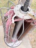 与一根老牌电信柱子的铜电缆连接的Internals 库存照片