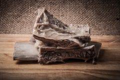 与一根骨头的煮沸的肉在一个木板 免版税库存图片