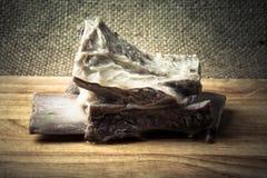 与一根骨头的煮沸的肉在一个木板 图库摄影