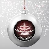 与一棵冷杉的圣诞节球里面在小鸡多雪的背景 免版税库存图片