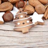 与一棵圣诞树的圣诞节装饰在木头 免版税库存照片