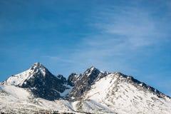 与一清楚的天空蔚蓝的斯诺伊Lomnicky峰顶 库存图片