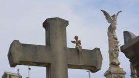 与一点天使雕塑的老石十字架在大别墅公墓在尼斯,法国 影视素材