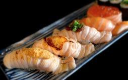 与一点格栅烹调的三文鱼寿司 免版税图库摄影