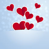 与一白色着墨的红色心脏在蓝色背景 免版税库存照片