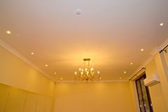 与一盏枝形吊灯的天花板在客厅 库存图片