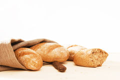 与一种亚麻制织品和一把老刀子的拉伊小圆面包 免版税库存图片