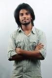 与一种时髦发型的年轻印地安人 免版税库存照片