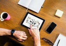 与一种片剂的台式有在屏幕上的网图表的 免版税库存照片