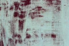 与一种白色破旧的金属的难看的东西背景与红色油漆残余  金属纹理 免版税库存图片