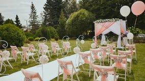与一种装饰轻的织品的白色椅子露天在婚礼 婚礼装饰 重要的日 股票视频