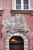 与一艘帆船的门面在圣约翰街Ulica Swietojanska上,位于在老镇华沙, Masovian,波兰,欧洲 库存图片