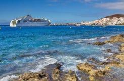 与一艘船的海海湾在Los Cristianos,特内里费岛 加那利群岛tenerife 免版税库存图片
