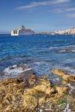 与一艘船的海海湾在Los Cristianos,特内里费岛 加那利群岛tenerife 免版税图库摄影