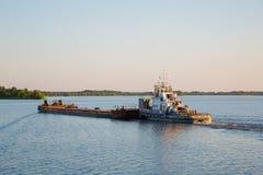 与一艘驳船的猛拉在莫斯科河进来晚上 库存图片