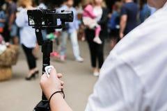 与一被稳定的monopod的一台mirrorless照相机 免版税库存照片