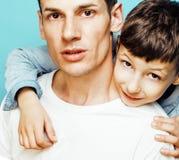 与一起使用小逗人喜爱的儿子的年轻俏丽的人模型,生活方式现代人概念,家庭男性 库存图片
