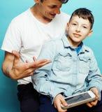 与一起使用小逗人喜爱的儿子的年轻俏丽的人模型,生活方式现代人概念,家庭男性 库存照片