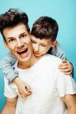 与一起使用小逗人喜爱的儿子的年轻俏丽的人模型,生活方式现代人概念,家庭男性 免版税库存照片