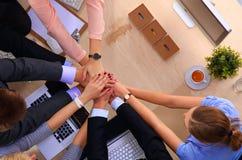 与一起手-配合概念的企业队 免版税库存照片