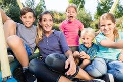 与一起拍照片的妈妈、儿子和女儿的家庭 免版税库存照片