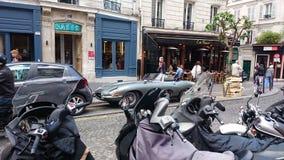 与一辆历史的汽车的一处典型的街道风景在巴黎,法国 免版税库存照片