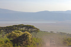与一辆吉普的Ngorongoro视图在前景 库存图片