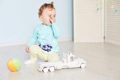 与一辆汽车的儿童游戏在演播室 免版税库存图片