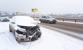 与一辆白色汽车的一次事故在路,溜滑冰冷的路,危险驾驶的冬天 库存图片