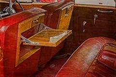 与一辆老葡萄酒汽车的豪华内部的明信片 库存图片